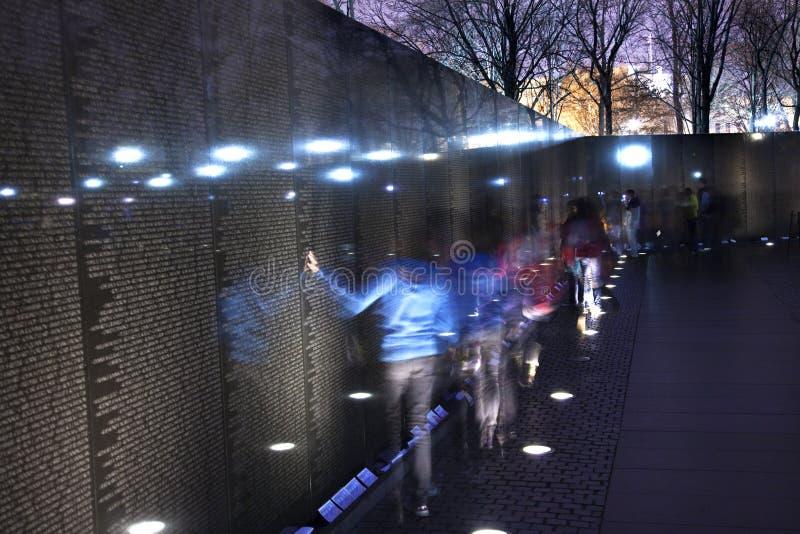 черный вашингтон стены Вьетнама ночи dc мемориальный стоковые изображения