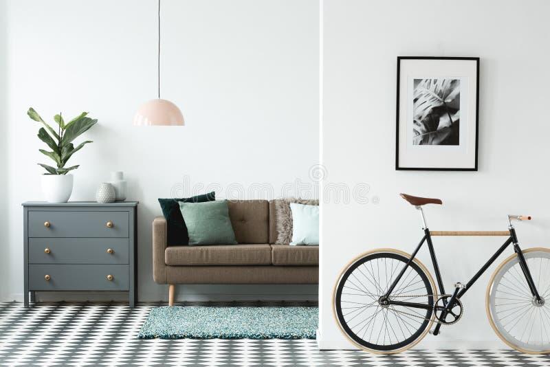 Черный велосипед в живущей комнате стоковая фотография