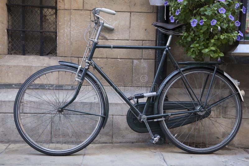 Черный велосипед в Кембридже стоковые фото