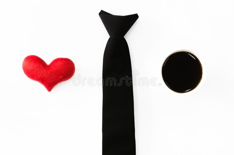 Черный галстук, красное сердце и горячий кофе на белой предпосылке, влюбленности wo стоковая фотография rf