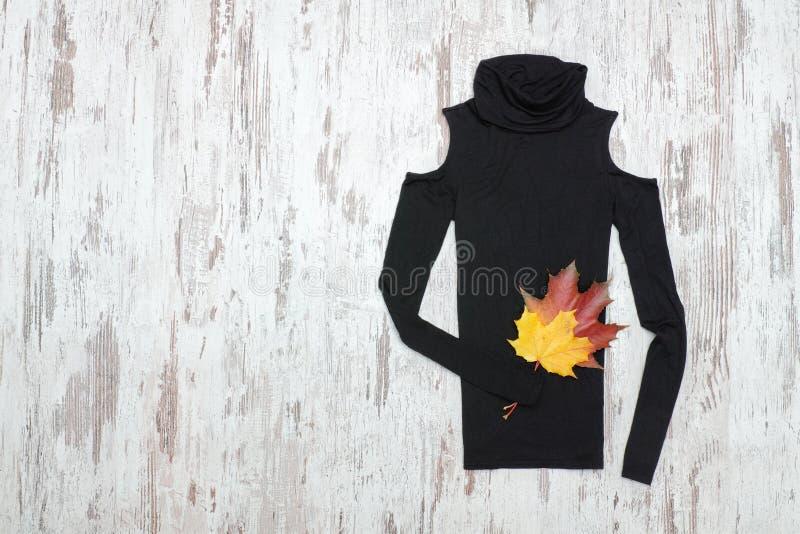 Черный гольф на деревянной предпосылке и кленовых листах модная концепция стоковое изображение rf