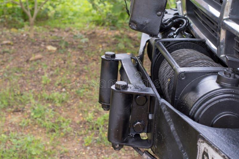 Черный грузовой пикап ворота используемый для того чтобы вытянуть автомобиль стоковые изображения rf