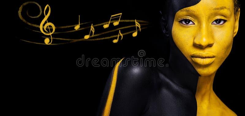 Черный и желтый состав Жизнерадостная молодая африканская женщина с макияжем и примечаниями моды искусства Красочная краска на те стоковые изображения rf