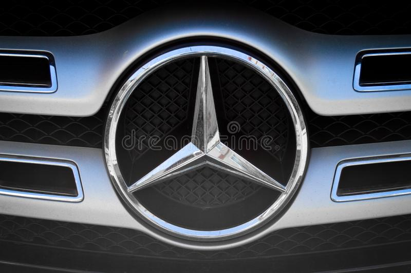 Черный и серый логотип металла хрома Мерседес автомобиля стоковые фото