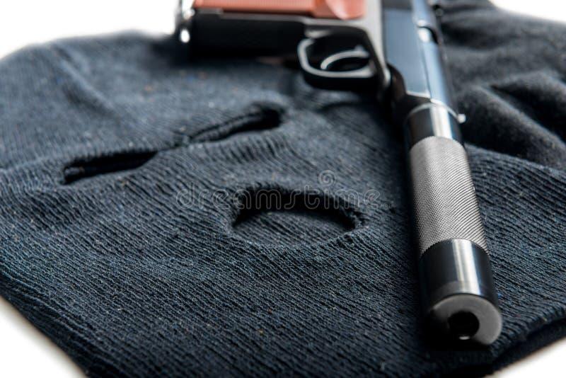 черный конец балаклавы и оружия маски вверх на белизне стоковое фото rf