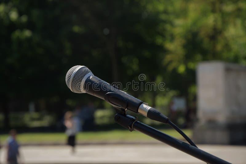 черный конец микрофона вверх напольно стоковые фото