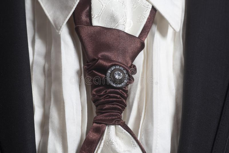 Черный костюм и белая рубашка с коричневой silk связью стоковая фотография rf
