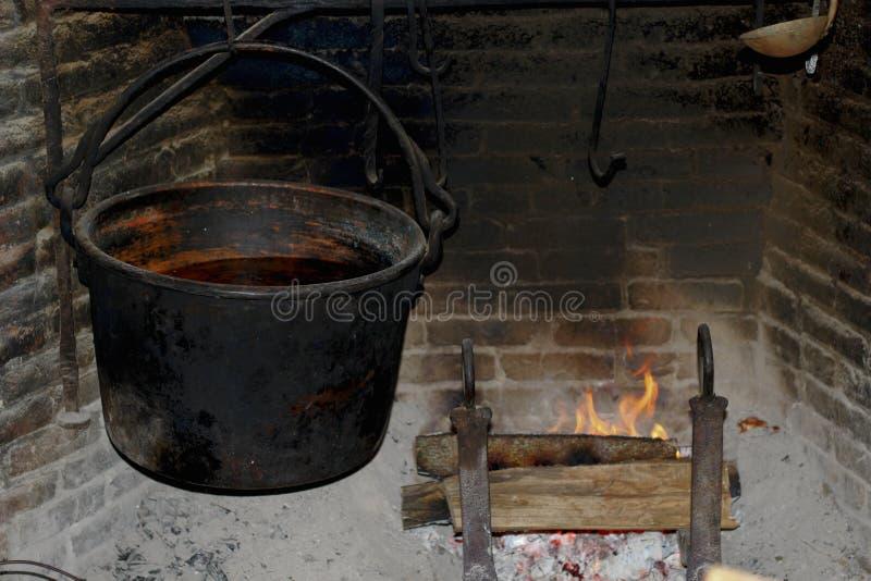 Черный котел с огнем стоковое фото