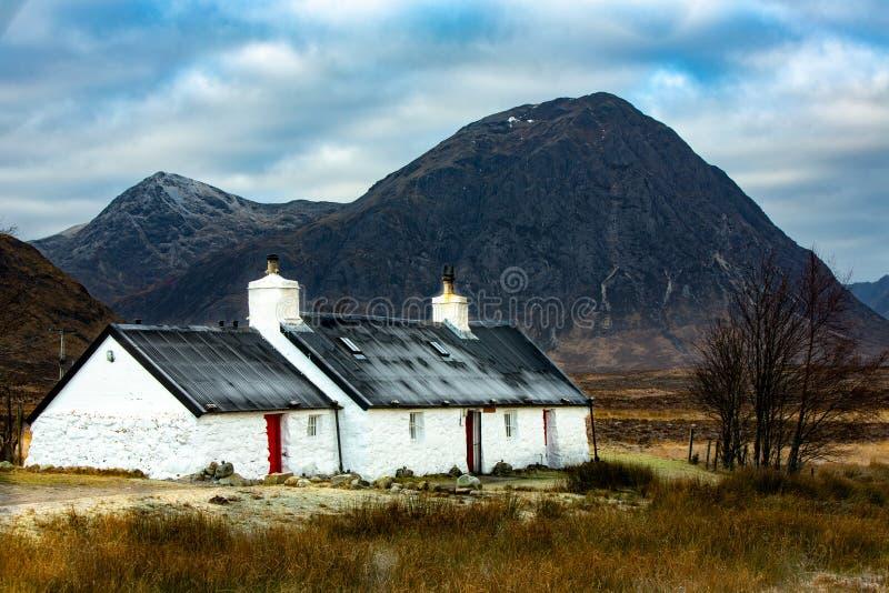 Черный коттедж утеса, Глен Coe, Шотландия, Великобритания, стоковая фотография rf