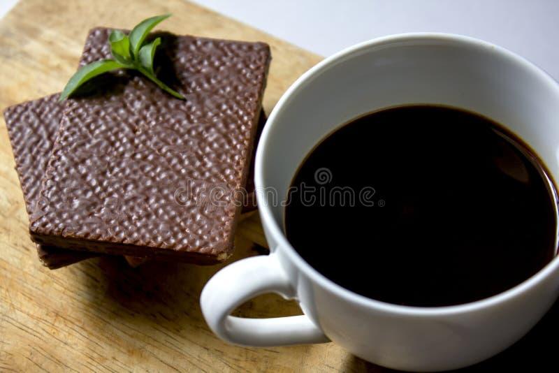 Черный кофе в белых стекле и шоколаде вафли стоковое изображение