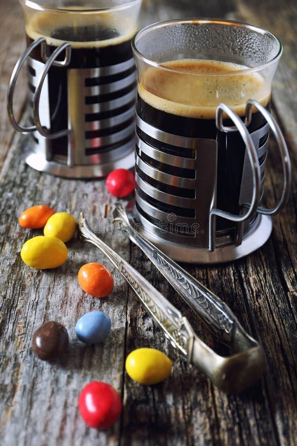 Черный кофе и пестротканая конфета стоковое фото rf