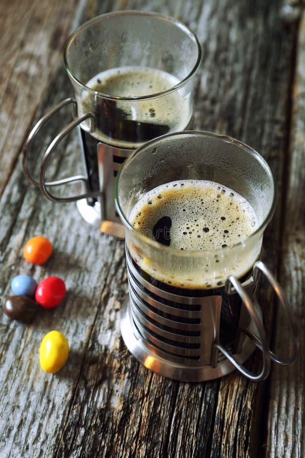 Черный кофе и пестротканая конфета стоковые изображения rf