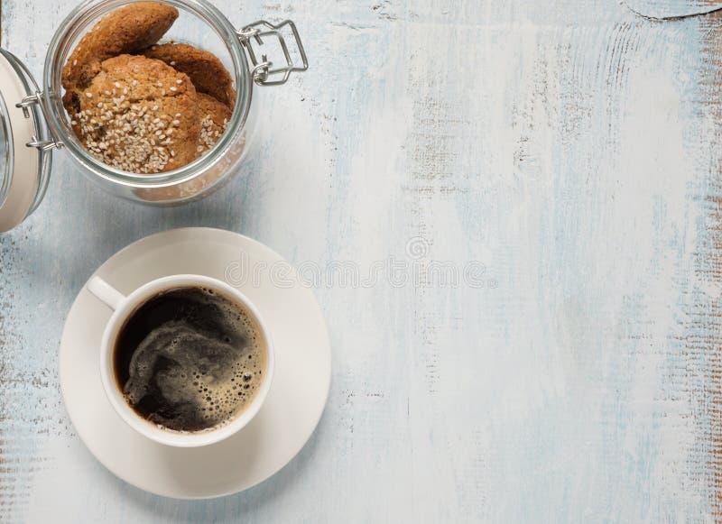 Черный кофе и печенье овсяной каши стоковое изображение rf