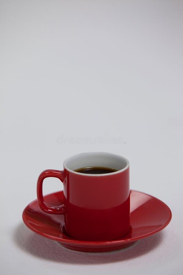 Черный кофе, который служат в красной чашке стоковое изображение rf