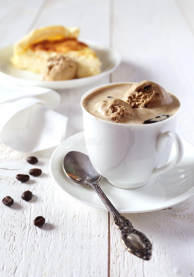Черный кофе с мороженым и чизкейком стоковое фото