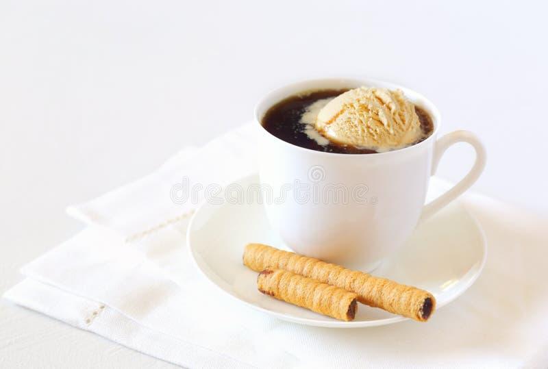 Черный кофе с ручкой мороженого и шоколада стоковое изображение