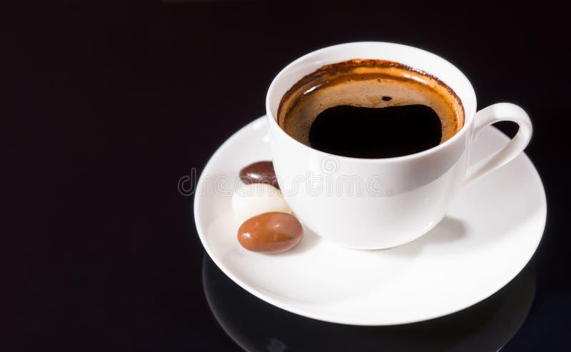 Черный кофе с шоколадом покрыл кофейные зерна стоковая фотография rf
