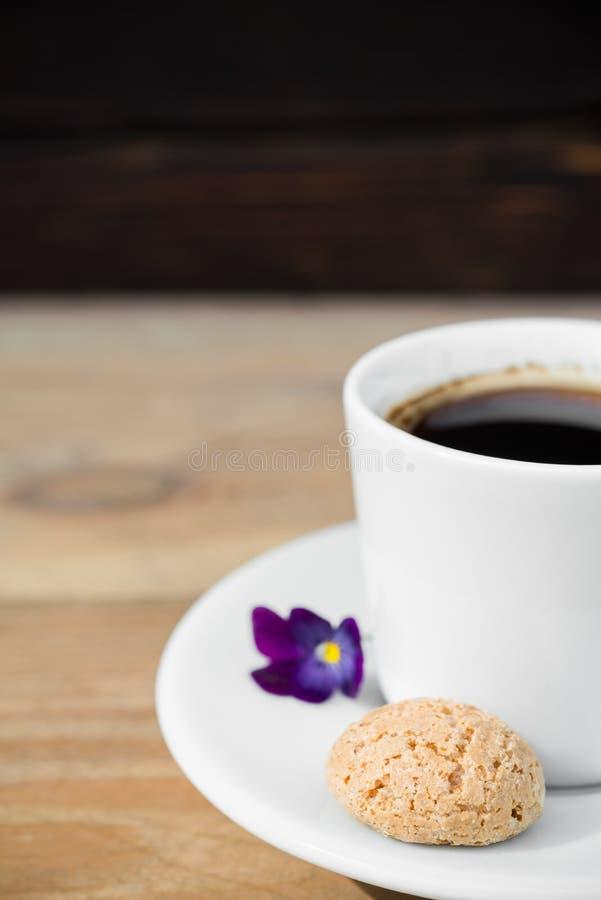 Черный кофе с biscotti стоковое изображение