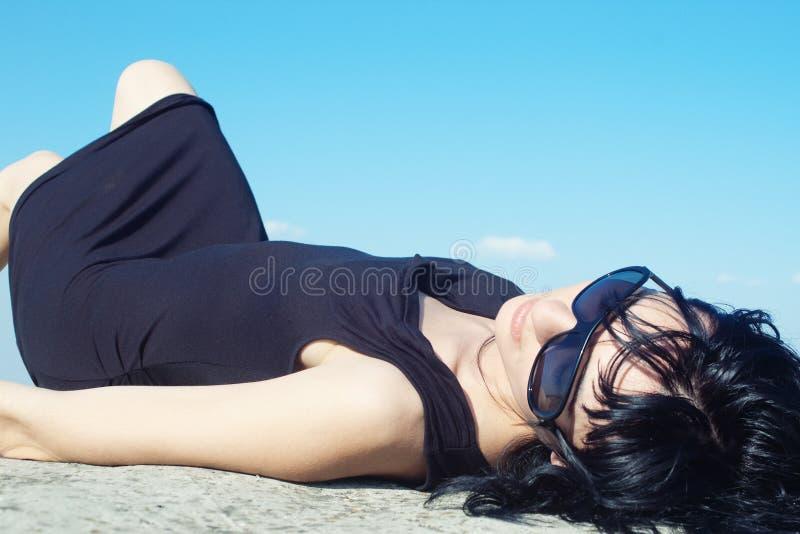 черный лежать девушки стоковые фотографии rf