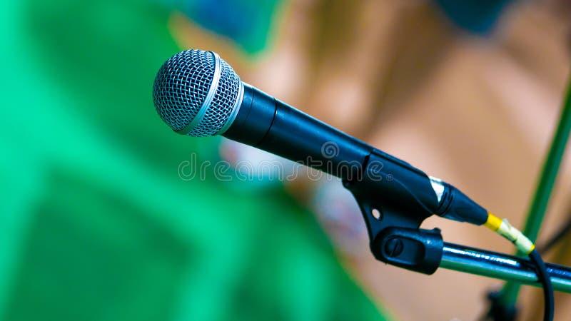 Черный микрофон Mic с стойкой стоковые изображения rf