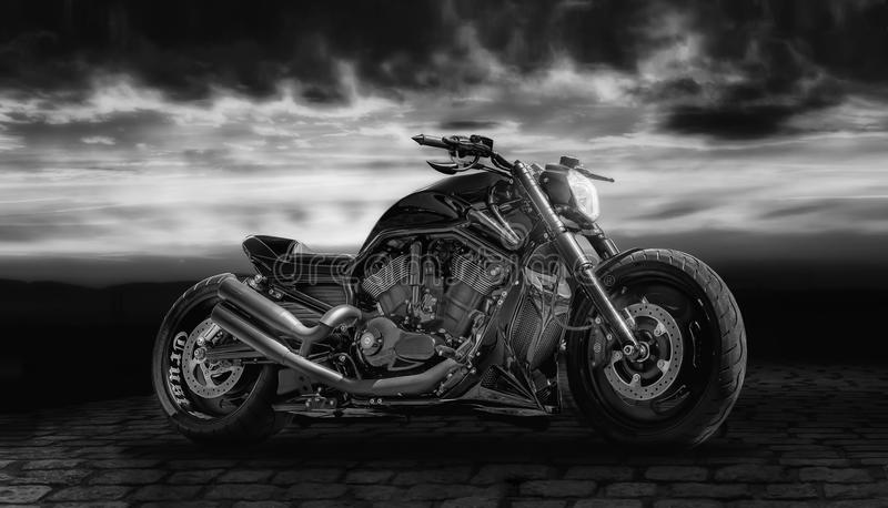 Черный мотоцикл с заходом солнца стоковые изображения rf