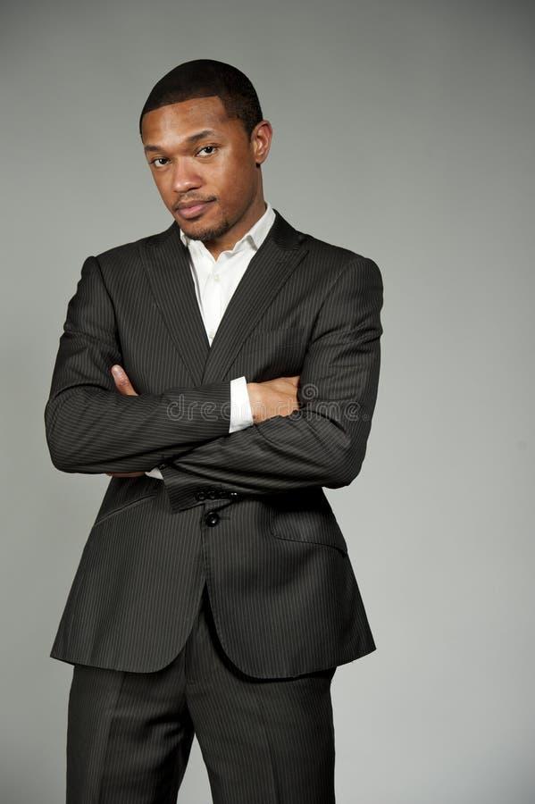 Черный мужчина в костюме стоковое изображение