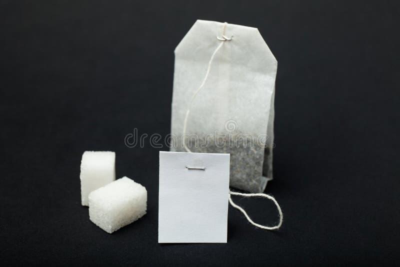 Черный пакетик чая с пустым ярлыком стоковые фото