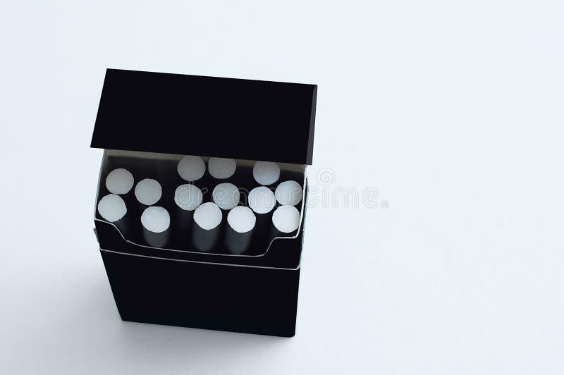 черный пакет с ценами сигарет на белой предпосылке стоковые изображения