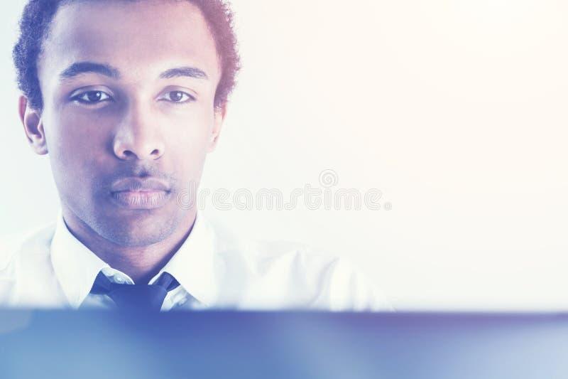 Черный парень используя портрет компьтер-книжки стоковое изображение