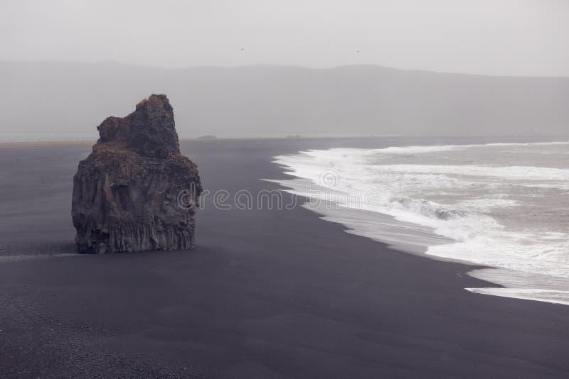 Черный пляж Dyrholaey, Исландия стоковые изображения rf