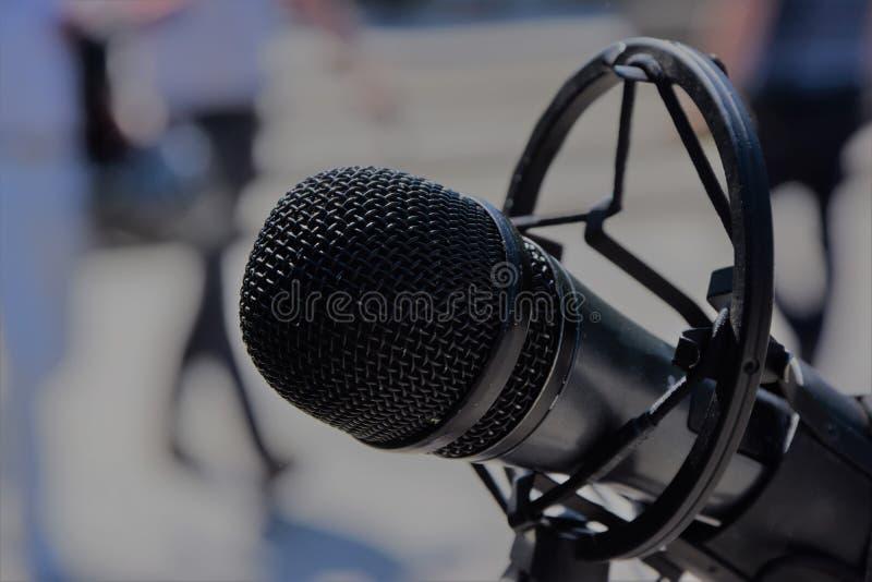 Черный профессиональный конец микрофона вверх стоковые фотографии rf