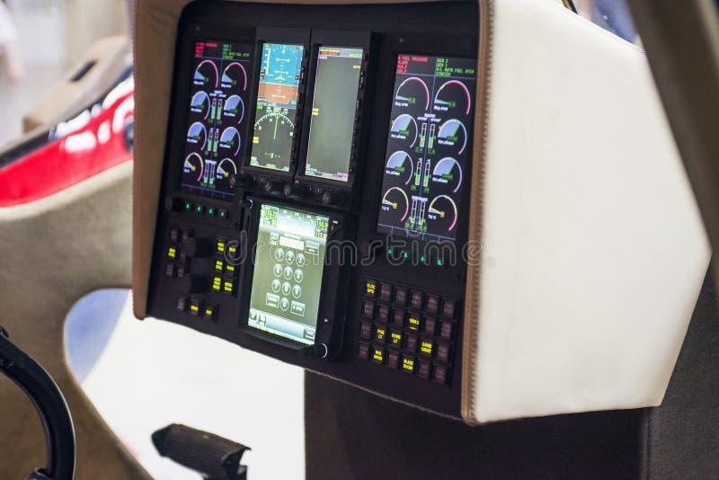 Черный пульт управления в арене вертолета арены вертолета Интерьер приборной панели управлением вертолета стоковое изображение rf