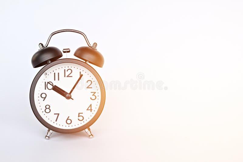 Черный ретро будильник на белой предпосылке с космосом экземпляра, подготавливает для добавлять или глумится вверх стоковая фотография