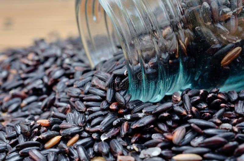 Черный рис на таблице стоковые фото