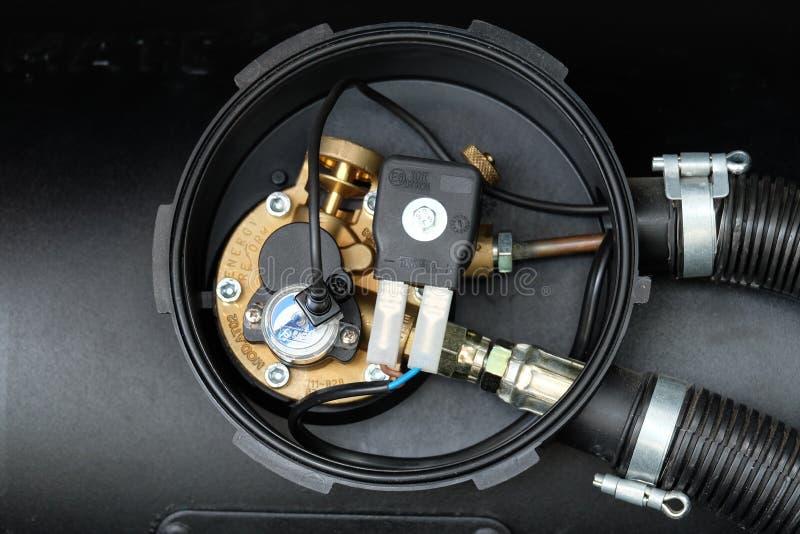 Черный сжиженный нефтяной газ автомобиля, танк LPG с концом метра вверх стоковое изображение