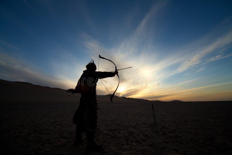 Черный силуэт воина, лучника, старого солдата стоковые изображения rf