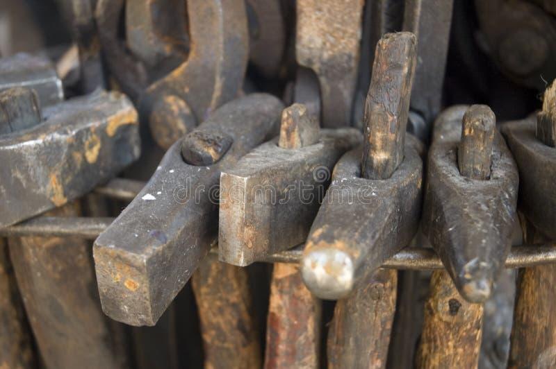 черный средневековый инструмент smiths стоковое фото rf