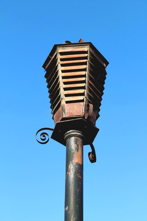 Черный старый винтажный фонарик улицы утюга с ржавчиной стоковая фотография rf