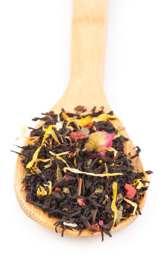Download Черный сухой чай с плодоовощами и лепестками Стоковое Изображение - изображение насчитывающей ворох, трава: 81809341