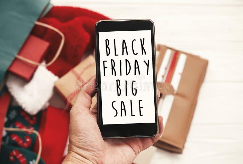 Черный текст продажи пятницы большой на экране телефона Chr специальной скидки стоковые изображения rf