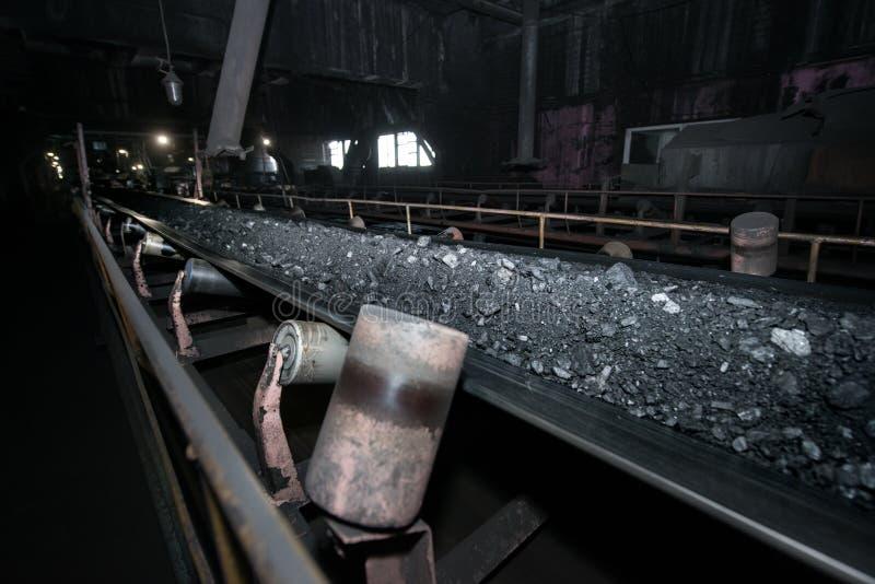 Черный уголь на конвейерной ленте Производственный процесс в электрической станции тепловой мощности стоковые фотографии rf