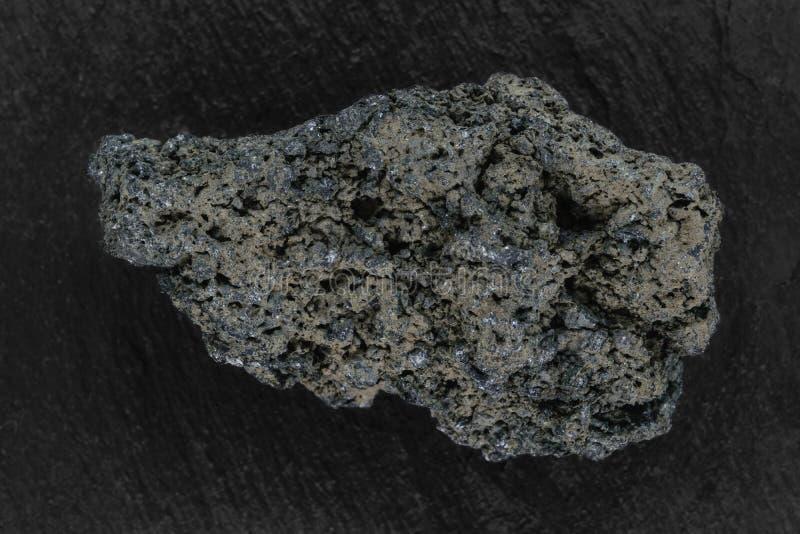 Черный утес лавы от вулкана Batur помещенного на черной каменной поверхности предпосылки стоковые изображения