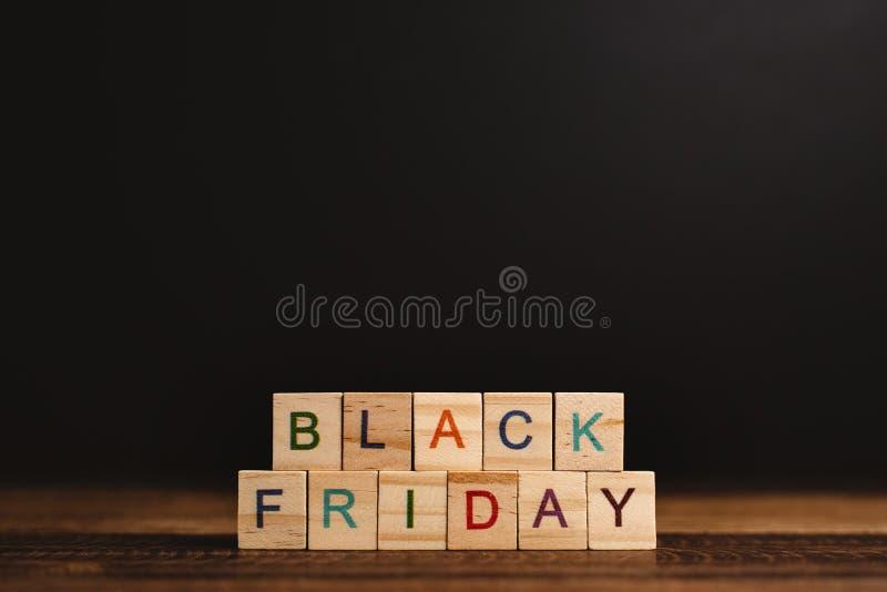 ЧЕРНЫЙ ФРИДАЙСКИЙ звук на черном фоне на деревянном столе стоковые изображения rf