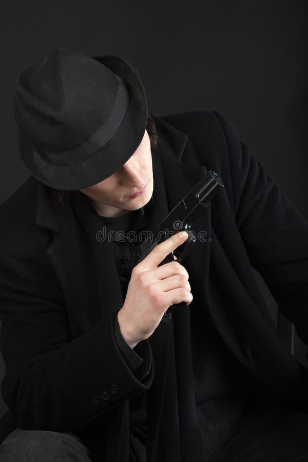 черный человек шлема пушки стоковое фото