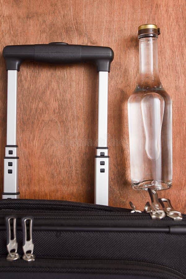 Черный чемодан бутылка водочки стоковое изображение rf