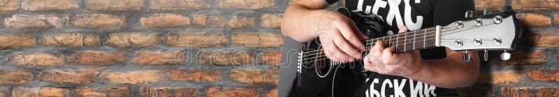 черный электрический акустический крупный план кирпичной стены хорды 7maj5 гитариста старый стоковое изображение rf