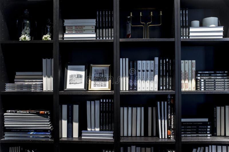 Черный Bookcase на выставочных залах мебели на магазине Ikea стоковые фотографии rf