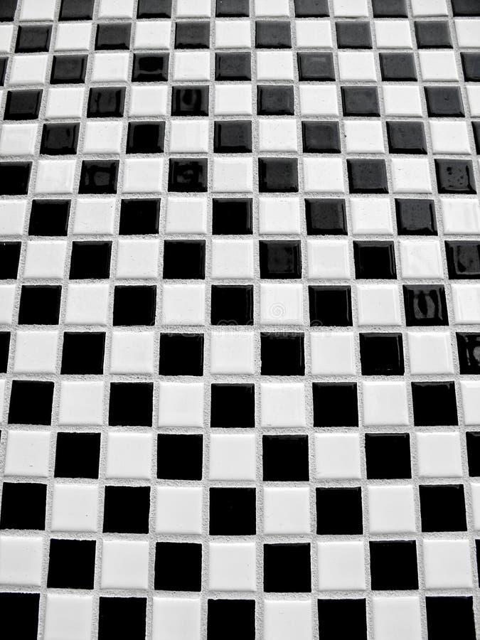 черный checkerboard кроет белизну черепицей стоковая фотография