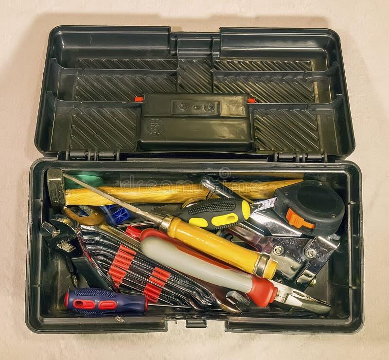 Черный toolbox с домочадцем на светлой предпосылке стоковые изображения rf