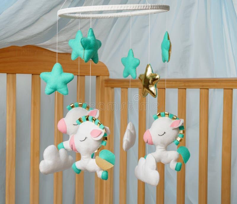 Чернь младенца с различными игрушками в форме животных и звезд стоковое изображение